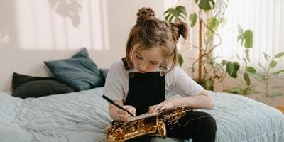 hra na saxofón